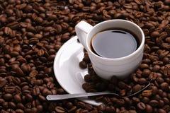 Café y grano de café de la taza Fotografía de archivo libre de regalías