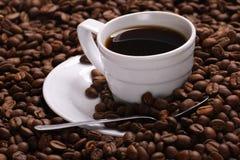 Café y grano de café de la taza Foto de archivo libre de regalías