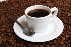 Café y grano de café de la taza Imágenes de archivo libres de regalías