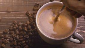 Café y granos de café frescos en la tabla de madera almacen de metraje de vídeo