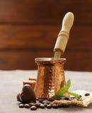 Café y granos de cobre del cezve imagen de archivo libre de regalías