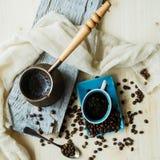 Café y granos de cobre del cezve en un fondo de acero fotografía de archivo libre de regalías
