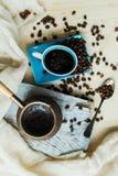 Café y granos de cobre del cezve en un fondo de acero fotos de archivo