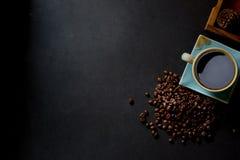 Café y habas en la tabla de cocina Imagenes de archivo