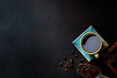 Café y habas en la tabla de cocina Foto de archivo