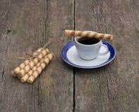 Café y lazo de galletas tubulares, aún vida Fotos de archivo libres de regalías