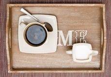 Café y leche en la bandeja Imagenes de archivo