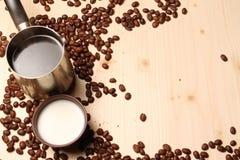 Café y leche en la tabla Foto de archivo