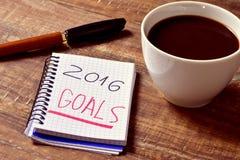 Café y libreta con las metas del texto 2016 Foto de archivo libre de regalías