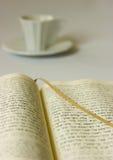 Café y libro Imagen de archivo libre de regalías