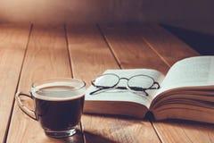 Café y libro Foto de archivo