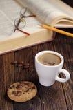 Café y libro viejo Fotos de archivo libres de regalías