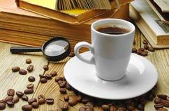 Café y libros viejos Fotos de archivo