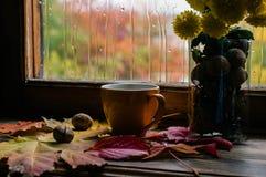 Café y lluvia del otoño foto de archivo
