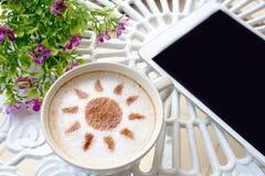 Café y móvil del arte del Latte en la tabla blanca fotos de archivo