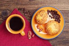 Café y magdalena con las nueces Fotografía de archivo libre de regalías