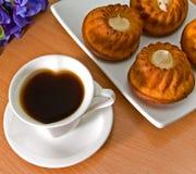 Café y magdalenas. Imagen de archivo libre de regalías