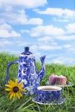 Café y magdalenas en hierba Fotos de archivo
