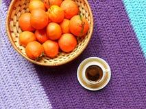 Café y mandarinas, tarde pacífica, aún vida Imágenes de archivo libres de regalías
