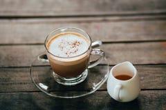 Café y miel en piso de madera Imagen de archivo libre de regalías