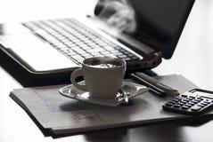 Café y ordenador portátil Imagen de archivo libre de regalías