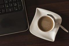 Café y ordenador portátil Foto de archivo libre de regalías