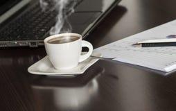 Café y ordenador portátil Fotografía de archivo libre de regalías