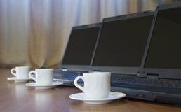 Café y ordenadores foto de archivo