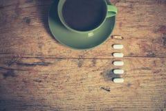 Café y píldoras Imágenes de archivo libres de regalías