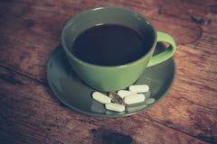 Café y píldoras Foto de archivo libre de regalías