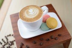 Café y pasteles del capuchino Fotos de archivo libres de regalías
