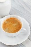 Café y periódico en un vector de madera Fotografía de archivo