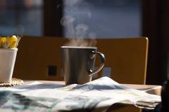 Café y periódicos Imágenes de archivo libres de regalías