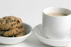 Café y pila de galletas de virutas de chocolate Imágenes de archivo libres de regalías