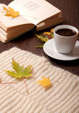 Café y poemas del otoño foto de archivo