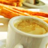 Café y porras, Kaffee und starke churros, das typische Frühstück I Lizenzfreie Stockfotos