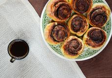 Café y postre con la algarroba Imagen de archivo libre de regalías