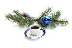 Café y rama conífera con el paisaje del Año Nuevo Foto de archivo