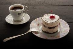 Café y torta con la cereza Imágenes de archivo libres de regalías