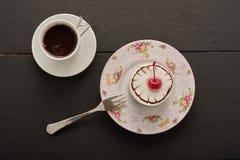 Café y torta con la cereza Fotografía de archivo