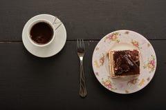 Café y torta en la tabla Imágenes de archivo libres de regalías
