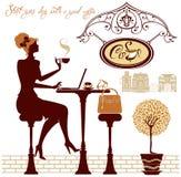 Café y trabajo de la bebida de la muchacha con el ordenador portátil, sentándose en café de la calle Imagenes de archivo