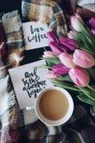 Café y tulipanes Imagen de archivo