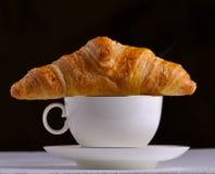 Café y un croissant Imagenes de archivo