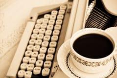 Café y una máquina de escribir fotografía de archivo libre de regalías