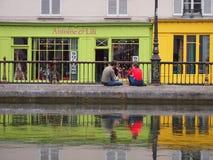 Cafés coloridos en el canal San Martín fotos de archivo