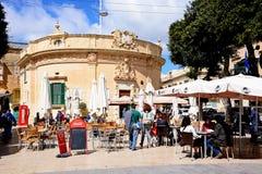 Cafés dans la place de l'indépendance, Victoria, Gozo Photographie stock libre de droits