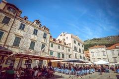 Cafés de la calle de Dubrovnik en la plaza principal Fotos de archivo libres de regalías