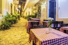 Cafés de la calle en la ciudad vieja de Tossa de Mar, España foto de archivo