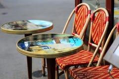 cafés de rue avec les tables rondes à Paris image libre de droits